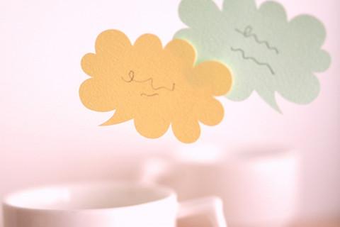 ヒアリング、コーヒーカップと吹き出しの写真