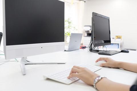 パソコン操作中の写真